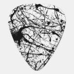 Salpicadura negra en la púa de guitarra blanca