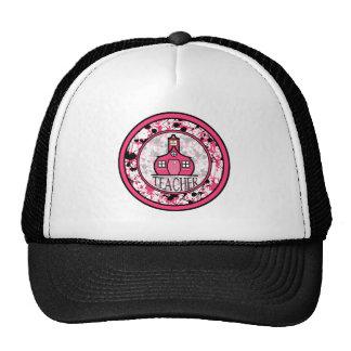 Salpicadura negra y rosada del gorra del profesor