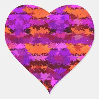 Salpicaduras de la púrpura y del naranja pegatina en forma de corazón