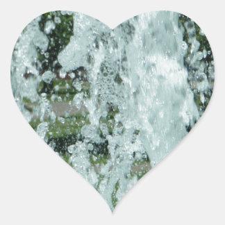 Salpicar el agua de la fuente pegatina en forma de corazón
