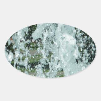 Salpicar el agua de la fuente pegatina ovalada