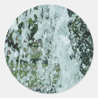 Salpicar el agua de la fuente pegatina redonda