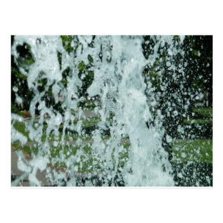 Salpicar el agua de la fuente tarjetas postales