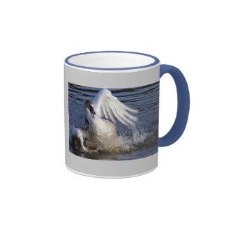 Salpicar el pollo del cisne taza de café