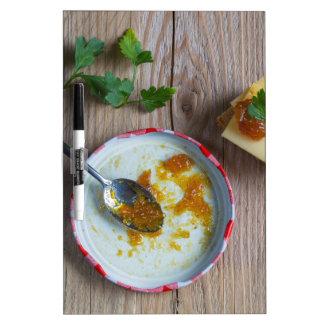Salsa picante de la piña de la cebolla en la pizarra blanca