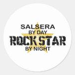 Salsera por el día, estrella del rock por noche pegatina redonda