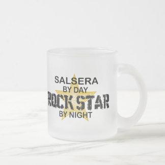 Salsera por el día, estrella del rock por noche tazas
