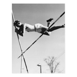 Saltador de poste de sexo masculino tarjetas postales