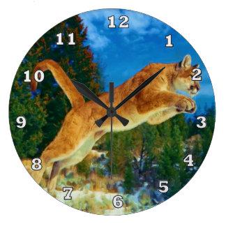 Saltando el reloj del león de montaña (puma)