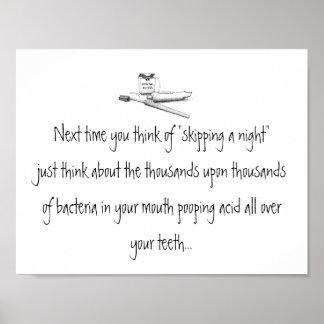 Saltando una noche de cepillar el poster dental