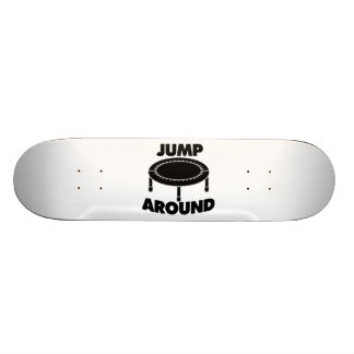Salte alrededor del trampolín skate boards