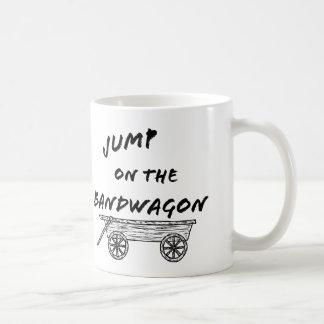 Salte en el tren en marcha taza de café