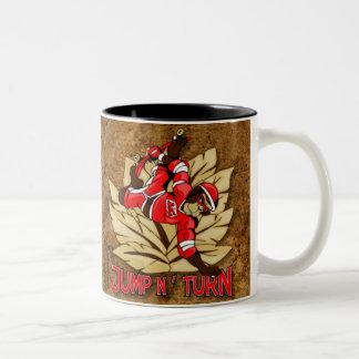 Salte y dé vuelta al mono del monopatín tazas de café