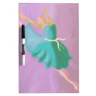 Salto azul de la danza pizarra blanca