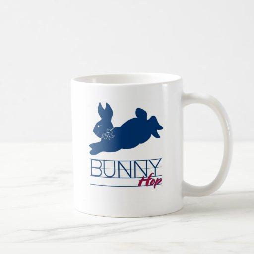 Salto azul del conejito taza básica blanca