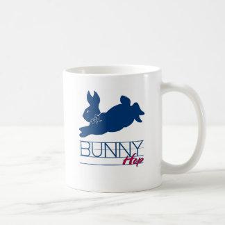 Salto azul del conejito taza de café