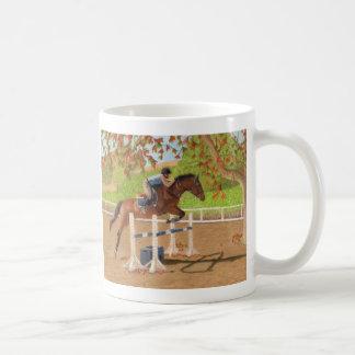 Salto colorido del caballo y del jinete taza básica blanca