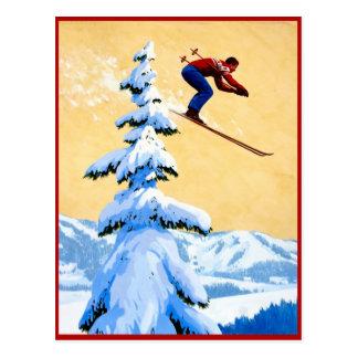Salto de esquí en las montañas postales