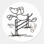 Salto de la agilidad - perro del palillo pegatina redonda