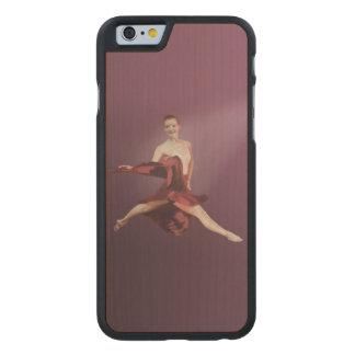 Salto de la bailarina en rojo funda de iPhone 6 carved® slim de arce