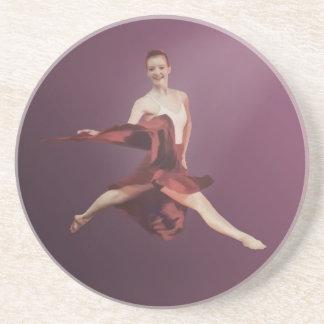 Salto de la bailarina en rojo y lavanda posavasos de arenisca