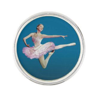 Salto de la bailarina en rosa y blanco insignia