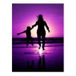 Salto de la playa del niño de la madre y del hijo tarjeta postal