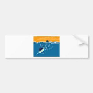 Salto de los peces espadas de la aguja azul con el etiqueta de parachoque