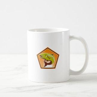 Salto de los pescados de la trucha retro taza de café