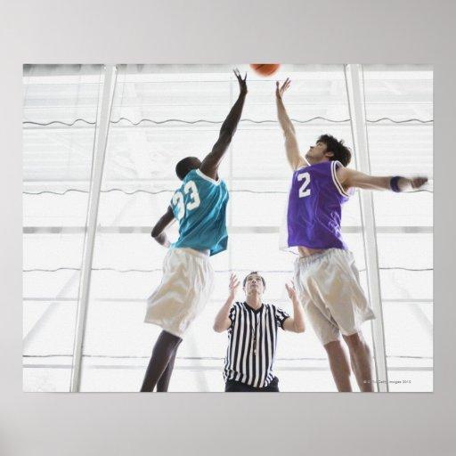 Salto de observación de los jugadores de básquet d posters
