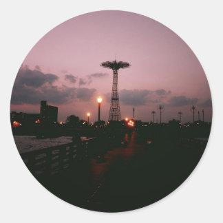 Salto de paracaídas, Coney Island en la puesta del Pegatina Redonda