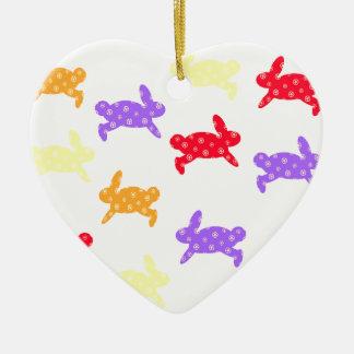 Salto del conejito adorno de cerámica en forma de corazón