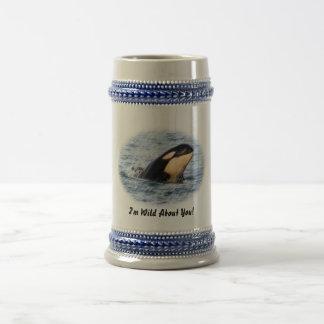 Salto del espía del bebé de la orca en pastel jarra de cerveza