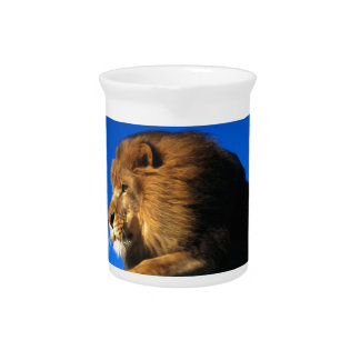 Salto del león y cielo azul jarra para bebida