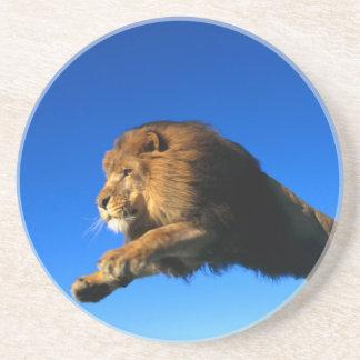 Salto del león y cielo azul posavasos personalizados