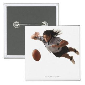 Salto masculino del jugador del rugbi para la bola pin cuadrado