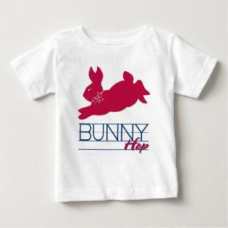 Salto rosado del conejito playera de bebé
