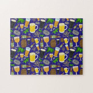 Saltos de la botella de cristal de cerveza y puzzle