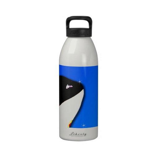 Saltos del espía de la orca de la orca en un cielo botella de agua