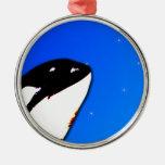Saltos del espía de la orca de la orca en un cielo ornato