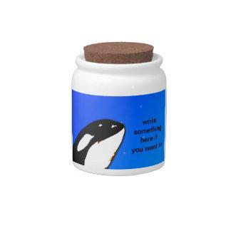 Saltos del espía de la orca de la orca en un cielo jarras para caramelos