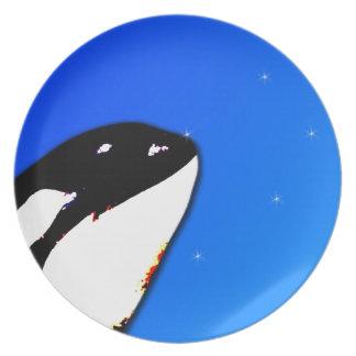 Saltos del espía de la orca de la orca en un cielo plato