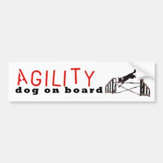 Saltos del perro de la agilidad a bordo - etiqueta de parachoque
