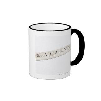 Salud deletreada en un juego de tablero de la pala tazas de café