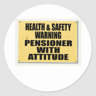 Salud y seguridad idas enojadas, pensionista con pegatina redonda