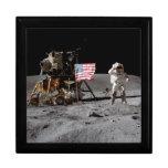 Saludar la bandera de los E.E.U.U. en la luna Cajas De Regalo