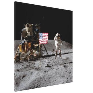 Saludar la bandera de los E.E.U.U. en la luna Lona Estirada Galerias
