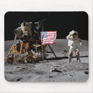 Saludar la bandera de los E.E.U.U. en la luna Tapete De Raton