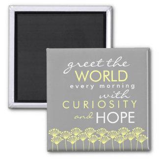 Salude el mundo con curiosidad y espere el imán de