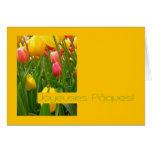 saludo amarillo de pascua de los tulipanes mezclad tarjeton